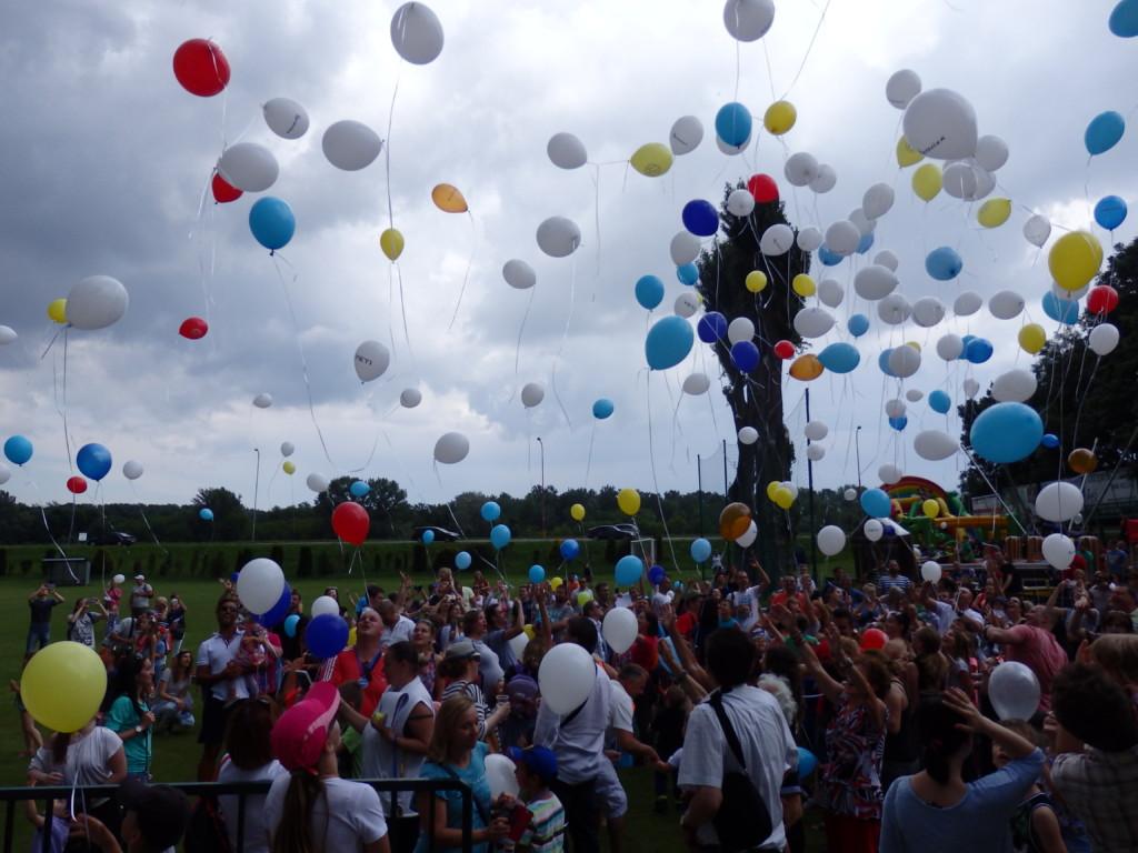Vypúšťanie balónov šťastia.